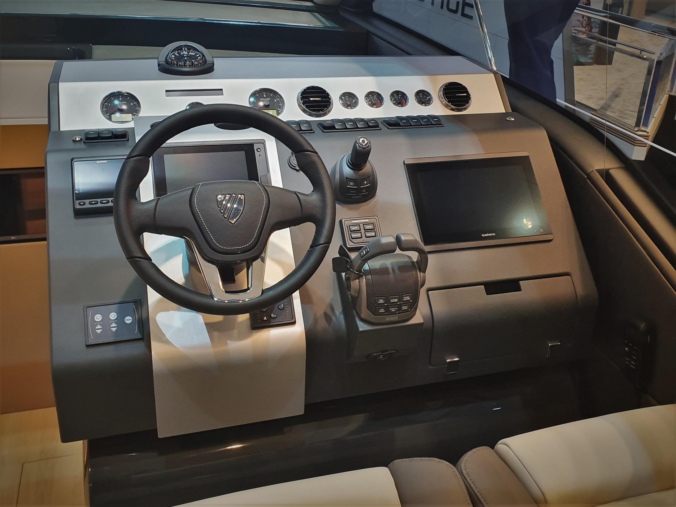 Targa 45 GT | Большой сенсорный экран и джойстик Volvo Penta IPS